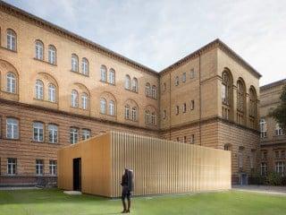 An der Musikfakultät der Universität der Künste (UdK) in Berlin fehlten Überäume für die Studierenden. Abhilfe schafft ein Neubauprojekt in Modulbauweise, dessen Entwurf von TRU Architekten stammt.