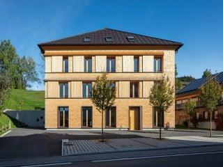 Baumschlager Eberle vereinigen ihr Prinzip 2226 beim Therapiezentrum in Lingenau mit einer traditionellen Schindelfassade.