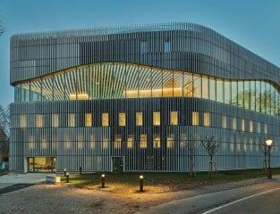 Das energieeffiziente und mit der Zertifizierung Klimaaktiv Gold ausgezeichnete neue Paracelsusbad in Salzburg wurde nach Plänen von Berger + Parkkinen Architekten errichtet.