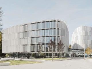 Gerundete Baukörper und fließende Formen am Betriebsstandort des Automobilzulieferers Bosch Automotive Steering in Schwäbisch Gmünd, geplant von wulf architekten aus Stuttgart.