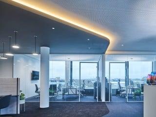 Eine wesentliche Rolle sollte Licht beim Neubau für ein Beleuchtungsunternehmen spielen. Die Aufgabe, einen repräsentativen Bürobau für den Trilux Licht Campus in Köln zu entwickeln, übernahmen Graft Architekten in Zusammenarbeit mit den Lichtplanern von Jack be Nimble.
