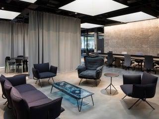 Die ehemaligen Räumlichkeiten einer Bankfiliale in Wien wurden durch das Architekturbüro Berger+Parkkinen zum neuen Standort der österreichischen Medienmarke Addendum umgebaut (Hofansicht mit Garten).