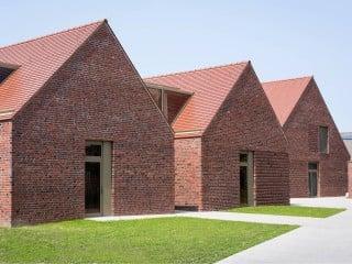 Die Kubatur der Freizeit- und Begegnungsstätte Haus Meedland auf Langeoog erinnert an traditionelle friesische Langhäuser.
