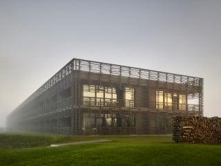 Inmitten der historisch bedeutsamen Wälder des Naturparks Saar-Hunsrück am Ufer des Bostalsees planten Graft Architekten das Vier-Sterne-Wellnesshotel Seezeitlodge in Gonnesweiler.