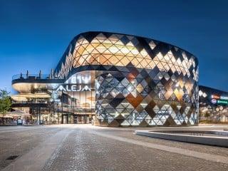 Das Einkaufszentrum Aleja in Ljubljana bietet eine zeitgemäße Mischung aus Verkaufsflächen, Freizeit-, Erholungs- und Sportzonen. Entworfen und umgesetzt wurde der Bau von ATP architekten ingenieure.