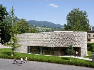 Keramisch gefasster Leseort: Im österreichischen Dornbirn haben Dietrich Untertrifaller Architekten zusammen mit Christian Schmoelz eine neue Stadtbibliothek erstellt.