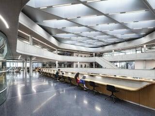 Die umlaufend gläserne Fassade des Hauptsitzes von Zalando nach Plänen von Henn Architekten ist nur teilweise transparent.