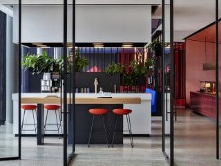 Im Stuttgarter Stadtteil Korntal entstand das neue Headquarter des schwäbischen Lackherstellers Woerwag nach Plänen des Architekturbüros Ippolito Fleitz Group.