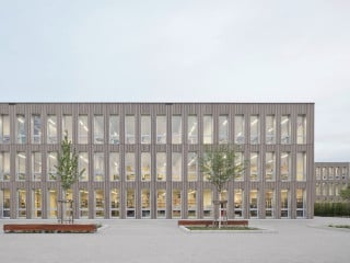 Das Gymnasium Nord wurde innerhalb weniger Monate als modularer Holz-Beton-Hybridbau errichtet. Trotz der kurzen Bauzeit war den planenden Büros raumwerk aus Frankfurt und Spreen Architekten aus München die architektonische Qualität sehr wichtig (Südansicht des Haupthauses mit Pausenhof).