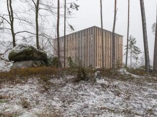 Brückner & Brückner Architekten entwarfen einen imposanten viergeschossigen Holzbau mit einer zweiten Fassade aus bis zu 19 Meter langen Fichtenstämmen (Ansicht Süd).