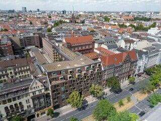 """Das historische Postgelände in Berlin-Schöneberg wurde von Graft Architekten in das Wohn- und Gewerbe Areal """"Bricks"""" transformiert."""