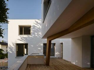 Das Wohnhaus in liechtensteinischen Hauptstadt Vaduz wird nicht nur hohen Ansprüchen an Nachhaltigkeit gerecht, sondern zeichnet sich auch durch eine besondere architektonische Qualität aus.