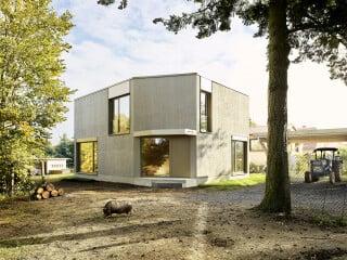 Das Einfamilienhaus nach Plänen von Project Architecture Company bildet einen Kontrast zum ländlich geprägten Umfeld.