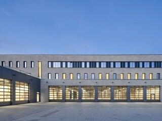 Im Randbereich der Stadt wirkt die von Supergelb Architekten geplante Feuerwache Levrkusen als Orientierungsmarke.