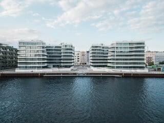 Am Spreeufer in Berlin-Friedrichshain sind die beiden Wohnbauten nach Plänen von Graft entstanden, die als Wave vermarktet werden.