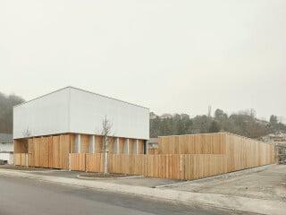 Kunststoff und Holz in Balance: In Stuttgart haben asp Architekten einen städtischen Betriebshof errichtet.