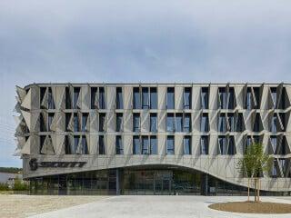 Dynamik im Fassadenbild: Bewegliche Aluminiumflügel prägen das Äußere der nach Plänen des Büros Itten+Brechbühl errichteten Firmenzentrale von Scott Sports in Giviziez.