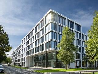 Die grafische Struktur des Periodensystems übersetzen JSWD Architekten in ein Fassadenraster für den neuen Hauptsitz des in der Chemiedistribution tätigen Unternehmens Brenntag in Essen.