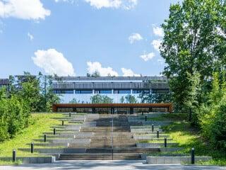 1977 wurde das von Architekten Georg Rembeck, Xaver Bogner und Ferdinand Hasl geplante Gymnasium in Neustadt an der Waldnaab fertiggestellt. Die Sanierung 2021 lag in den Händen von Brückner & Brückner.