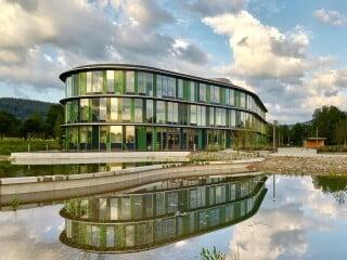 Nach Plänen von h4a Gessert + Randecker entsteht unweit des alten Standorts der Wala Heilmittel Gesellschaft ein neues Firmengelände. Dabei war ein nachhaltiger Umgang mit der Natur maßgebend.