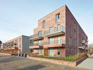 Für das neue ConstantinQuartier entwarf das Hamburger Büro LRW Architekten zwei freistehende, drei- bis fünf-geschossige Gebäude mit rotem Verblendmauerwerk und einer Tragstruktur aus Kalksandstein.