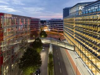 Die polymorphe Capricornbrücke, entworfen von Supergelb Architekten, liegt im Düsseldorfer Medienhafen und verbindet als Formal eigenständiges Element die zwei sehr unterschiedlichen Gebäude der Firmenzentrale Uniper.