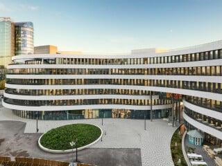 Slapa Oberholz Pszczulny Architekten planten den leicht terrassierten Gebäudekomplex am Düsseldorfer Medienhafen für den Betreiber einer Suchplattform für Hotels.