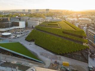 In Düsseldorf haben Ingenhoven Architects das zweiteilige Geschäfts- und Bürogebäude Kö-Bogen II realisiert.