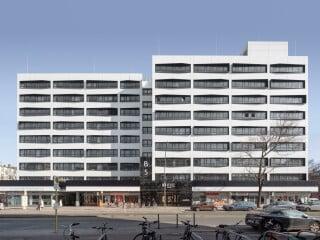 Den respektvollen Umgang mit Bestandsarchitektur zeigt die Umnutzung und Revitalisierung des ehemaligen Finanzamts Berlin-Wilmersdorf nach Plänen von Tchoban Voss Architekten.