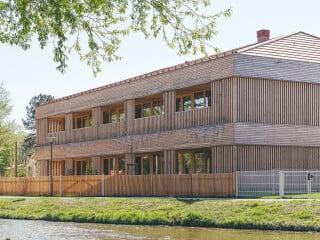 Der Holzmassivbau nach Plänen von Bär Stadelmann Stöcker Architekten und Stadtplaner am Ufer der Sulz