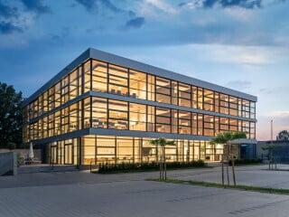 Das neue Bürogebäude des Unternehmens ATP nach Plänen von Gaus Architekten ersetzt einen eingeschossigen Bestandsbau, der sich zuvor an dieser Stelle befand.