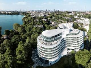 Das Hotel The Fontenay ist in einem Park an der Außenalster von dem Architekturbüro Störmer Murphy and Partners errichtet worden.