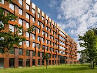 In St. Petersburg haben Tchoban Voss Architekten ein siebengeschossiges Bürohaus realisiert.