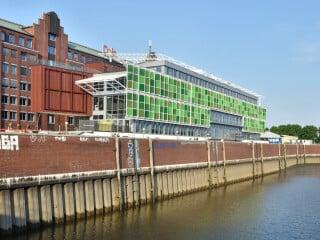 Unmittelbar an der Uferpromenade des Hamburger Stadtteils Hammerbrook liegt das neue Bürogebäude Hammerbrooklyn, das aus Bauteilen des amerikanischen Pavillons besteht, der ursprünglich für die Expo 2015 in Mailand errichtet worden war.