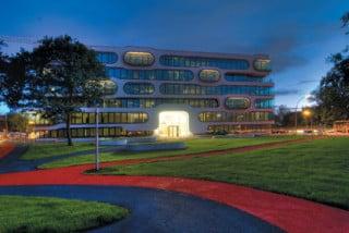 In dem Park vor dem Gebäude wird das Bild der Fassade aufgegriffen