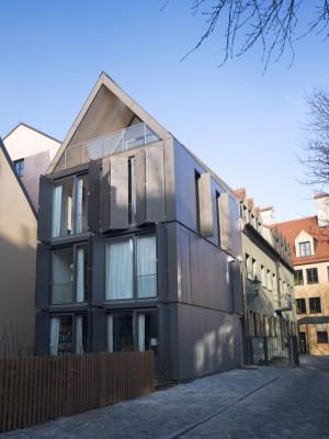 wohnhaus in augsburg geneigtes dach wohnen baunetz wissen. Black Bedroom Furniture Sets. Home Design Ideas