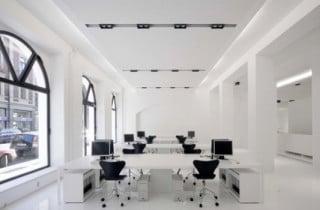 Weißes Büro mit Akustikdecke