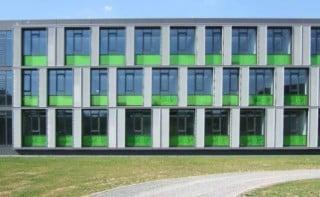 Ansicht Barcode-Fassade aus bedrucktem Glas und Faserzementplatten