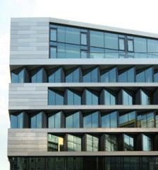 Fassadenausschnitt mit den Aluminiumbändern