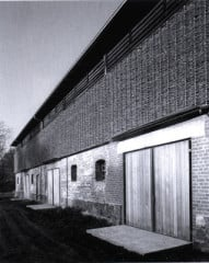 Die Aura des alten Schafstalles ist immer noch spürbar. Blick entlang der über 40 m langen Frontseite mit den drei Eingängen.