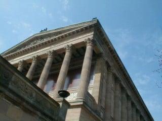 Blick von unten auf die Eingangsfassade