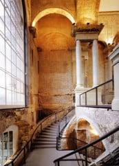 Treppenaufgang im Vestibül - die neuen Zutaten wie der Treppenbelag aus Multiplexplatten, die Glasausfachungen der Treppenbrüstungen oder die glatten Betonsäulen treten zurück