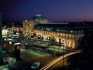 Nachtansicht des Bahnhofes mit der wiederaufgebauten Glaskuppel