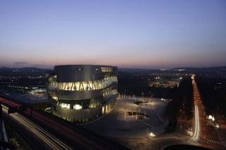Das Mercedes-Museum bei Nacht: eines der spektakulärsten Bauwerke der Gegenwart