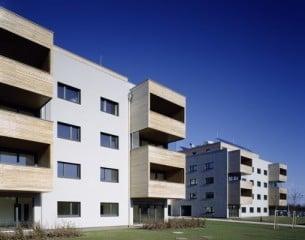 Die vier Baukörper der Wohnanlage bilden eine offene Struktur