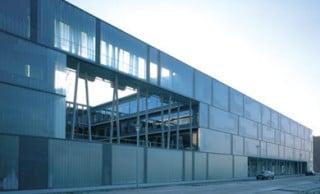 Nord-West-Fassade mit Profilglas und Landschaftsfenster