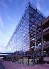 Die ausschließlich durch vertikal gespannte Seile gebildete (Glas-)Fassade ist die erste ihrer Art