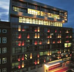 Nachtansicht der illuminierten Fassade