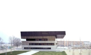 Der Baukörper ist um 5% geneigt, die Fassade mit nach oben zunehmend dunkleren Brauntönen geschichtet