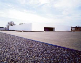 Mit einer Fuge von 60 cm zum Gelände nimmt die Gedenkstätte auch räumlich Abstand zur Vergangenheit.